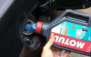 Зачем советуют подливать 2-тактное масло в бак авто. Вред или польза