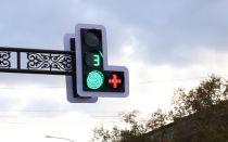 Увидел на светофоре красный плюс и даже растерялся. Решил узнать, что он означает и как действовать