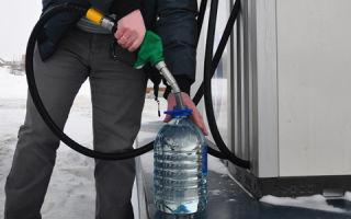 Почему на АЗС нельзя наливать топливо в пластиковую канистру