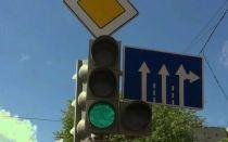Можно ли поворачивать направо, если горит основной зеленый, а стрелка нет? ГИБДД дает ответ на этот вопрос