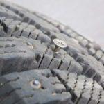 Откуда саморезы на дорогах и что делать если проколол шину?