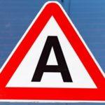 Что значит наклейка «А» на заднем стекле автомобиля и когда ее нужно вешать?