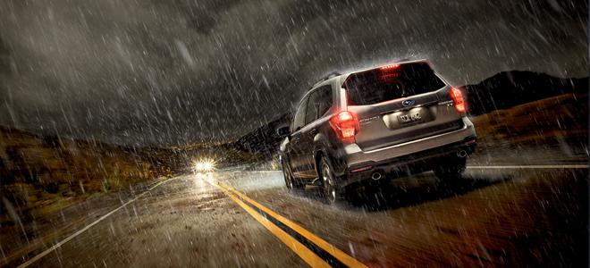 машина едет в дождь