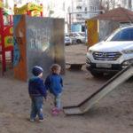 Как наказать парковщика на детской площадке, чтобы больше не повадно было
