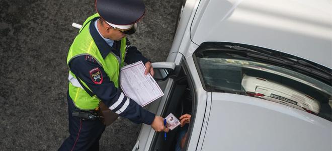 Инспектор ГИБДД забрал документы