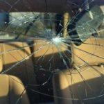 Камень вылетел из под колес грузовика и попал в лобовое стекло. Что делать?