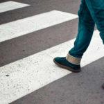Пешеход только собирается ступить на зебру — пропускать или нет