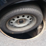 Автомобиль попал колесом в люк: Кто несет ответственность и что делать