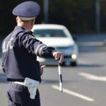 Инспектора ГИБДД остановил и не подошел: Сколько минут ждать и можно ли уехать
