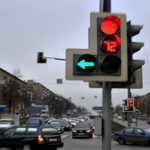 Можно ли развернуться на светофоре, если горит красный сигнал вместе с зеленой стрелкой влево?