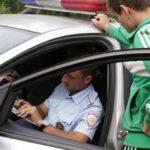Разрешено ли инспектору ДПС забирать документы у водителя и нести их в патрульный автомобиль