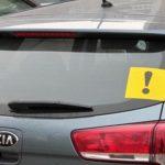 Узнал, для чего водители клеят на свой автомобиль «восклицательный знак»