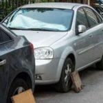 Зачем в Японии водители прикрывают колеса дощечками во время парковки?