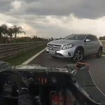 Водитель кроссовера случайно свернул на трассу Формулы 1 во время заезда
