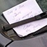 Вышел утром во двор и нашел под дворником своей машины записку «Задел ваш автомобиль. Позвоните по номеру…». Рассказываю, в чем здесь подвох и как действовать