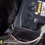 Решил проверить, что будет, если включить двигатель на холостом ходу, фары и печку. Многие говорят, что аккумулятор в таком случае заряжаться не будет, но они ошиблись