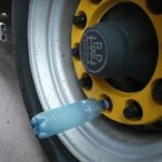 Увидел на колесах фуры пустые пластиковые бутылки. Узнал у знакомого дальнобойщика, зачем они там нужны