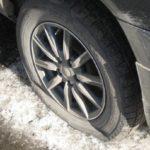 На трассе пробило колесо, а запаски в багажнике нет? Вот как можно выкрутиться из этой ситуации