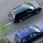 Можно ли объехать припаркованный автомобиль через сплошную, если других способов его объехать нет