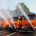 Водитель поливальной машины рассказал, зачем в жару «поливают» воздух