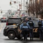 В фильмах американские полицейские прячутся от пуль за дверями автомобилей. Так ли это на самом деле и можно ли защититься